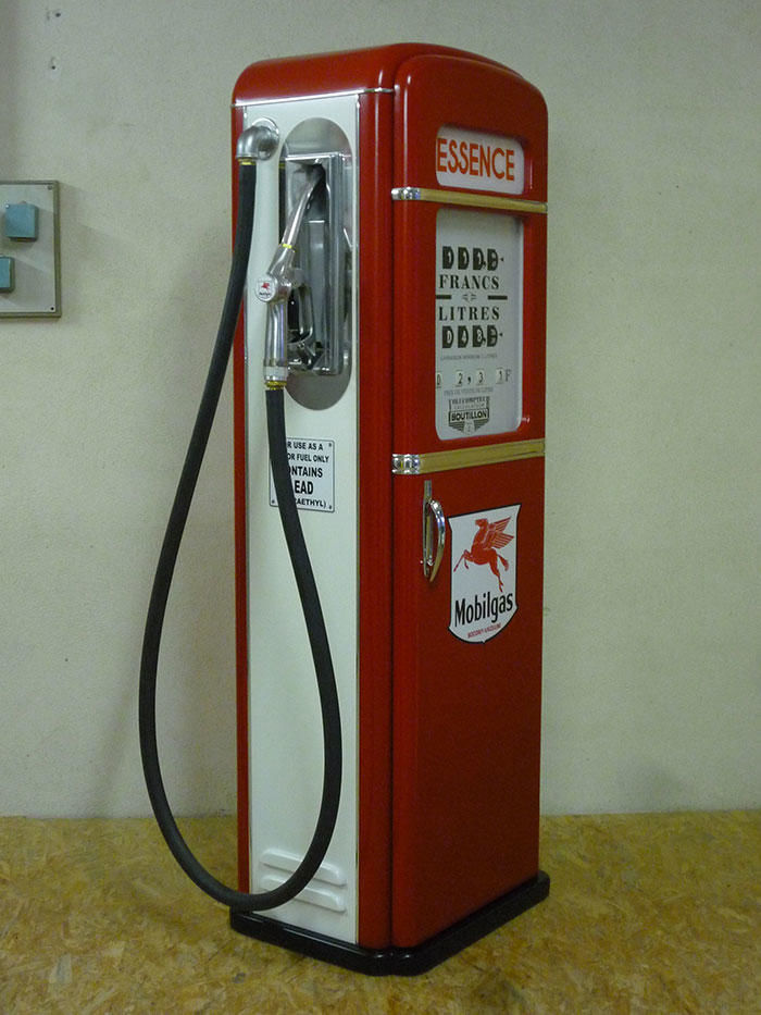 Reproduction en bois de pompes à essence des années 50.